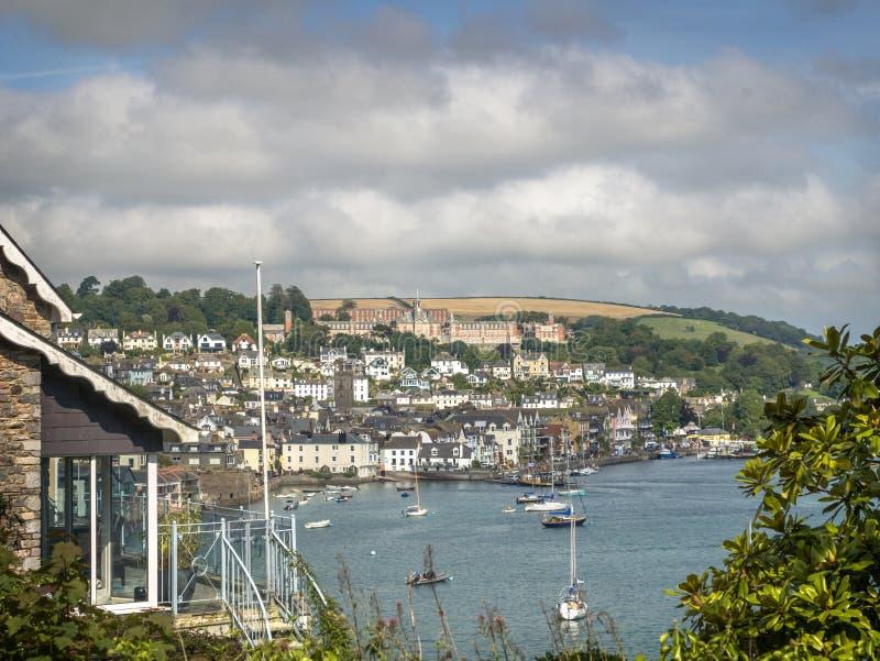 Opinión del estuario de la ciudad de Dartmouth y de la universidad naval real de Britannia foto de archivo libre de regalías