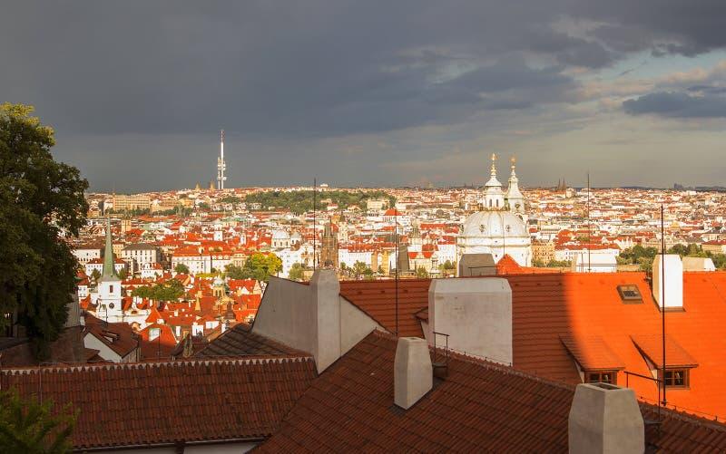 Opinión del fondo de la ciudad sobre los tejados rojos de Praga vieja del castillo de Praga imagen de archivo
