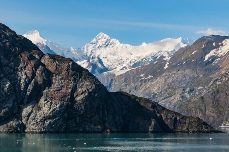 Opinión del Glacier Bay con la montaña nevada fotografía de archivo