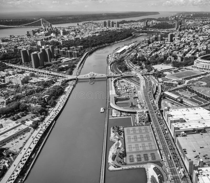 Opinión del helicóptero el puente y Washington Heights - N de la presa de Macombs imagen de archivo libre de regalías