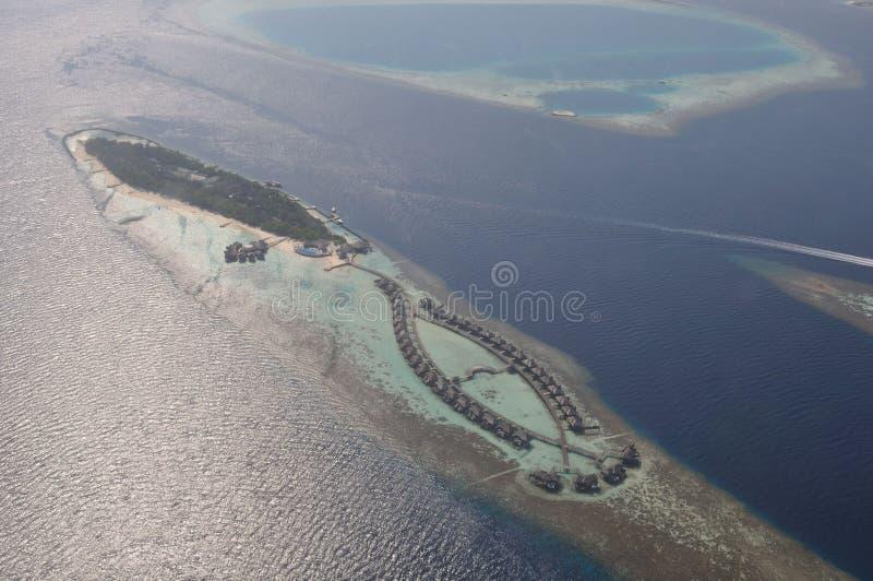 Opinión del helicóptero sobre complejo playero de la isla de Maldivas imagen de archivo libre de regalías
