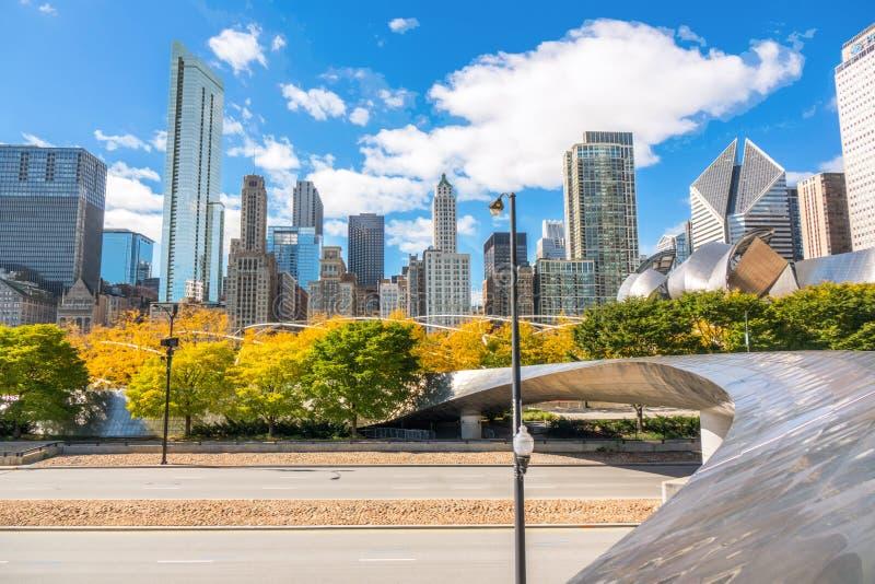 Opinión del horizonte de Chicago del parque del otoño, ciudad del paisaje urbano céntrico de los rascacielos de Chicago, Illinois imagen de archivo libre de regalías