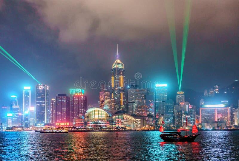Opinión del horizonte de Hong Kong de la noche de la costa de Tsim Tsa Tsui a través de Victoria Harbor durante sinfonía del func fotos de archivo