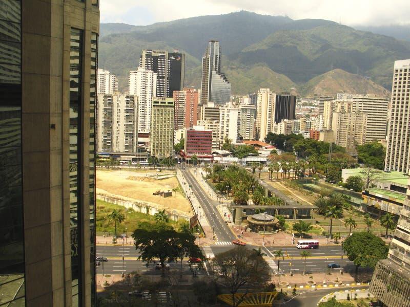 Opinión del horizonte de la ciudad de Caracas del complejo del Central Park con la montaña de Ávila imagen de archivo libre de regalías