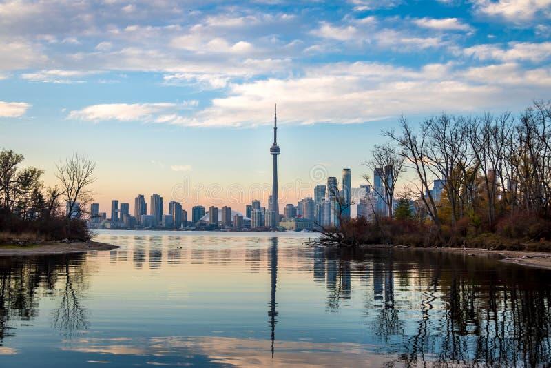 Opinión del horizonte de Toronto de las islas de Toronto - Toronto, Ontario, Canadá imagen de archivo libre de regalías