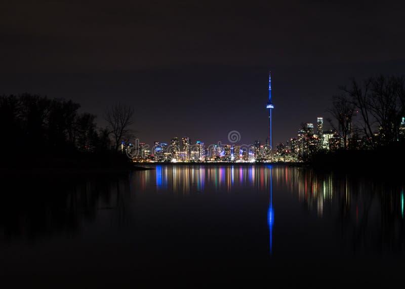 Opinión del horizonte de Toronto de las islas en la noche - Toronto, Ontario, Canadá de Toronto fotografía de archivo