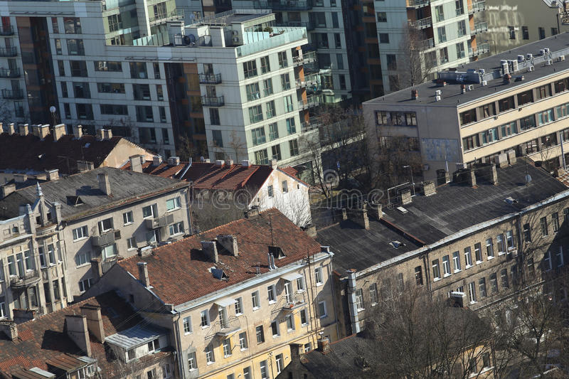 Opinión del horizonte del oldtown y del downlown de los tejados en Vilna Lithuan fotografía de archivo