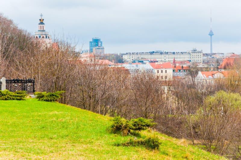 Opinión del horizonte del paisaje urbano sobre la ciudad vieja famosa de Vilna y towe de la TV en el fondo del punto de vista de  foto de archivo libre de regalías