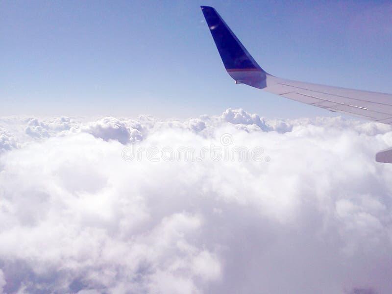 Opinión del horizonte sobre las nubes foto de archivo