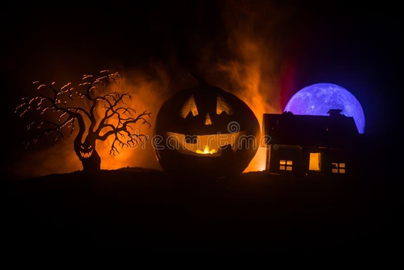 Opinión del horror de la calabaza de Halloween con la cara sonriente asustadiza Linterna principal del enchufe con el edificio fa imágenes de archivo libres de regalías