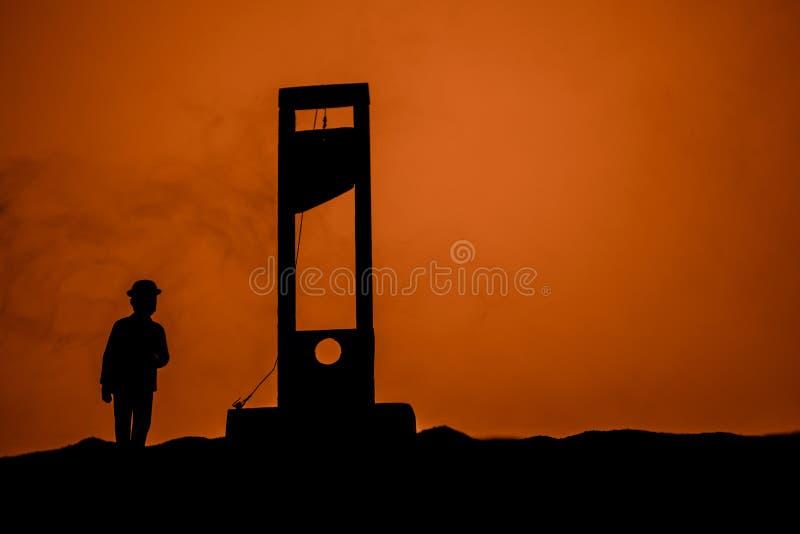 Opinión del horror de la guillotina Primer de una guillotina en un fondo de niebla oscuro fotografía de archivo