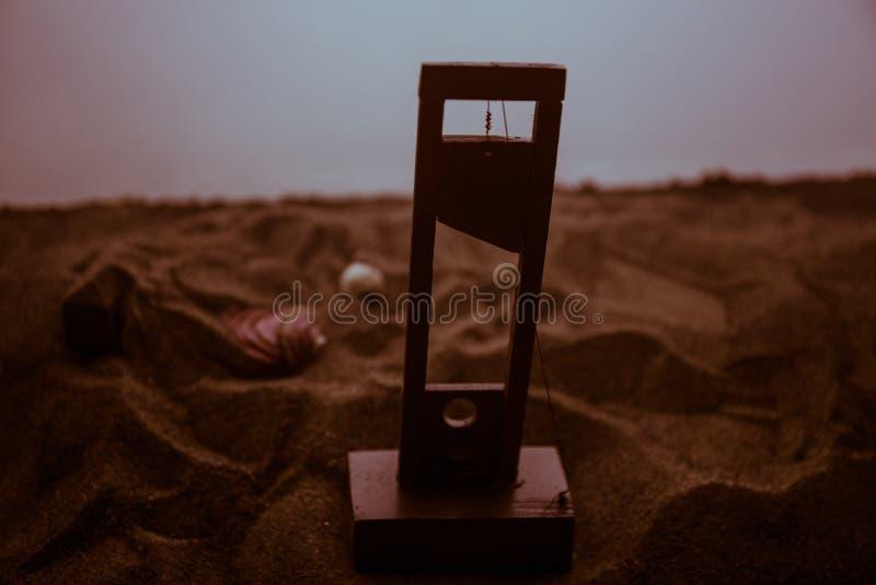 Opinión del horror de la guillotina Primer de una guillotina en un fondo de niebla oscuro foto de archivo