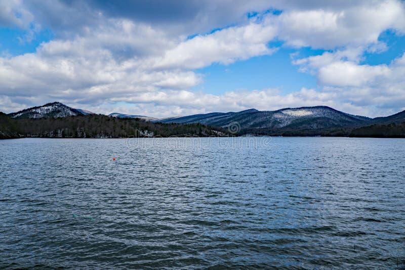 Opinión del invierno de Carvin Cove Reservoir y de la montaña espesa imagen de archivo