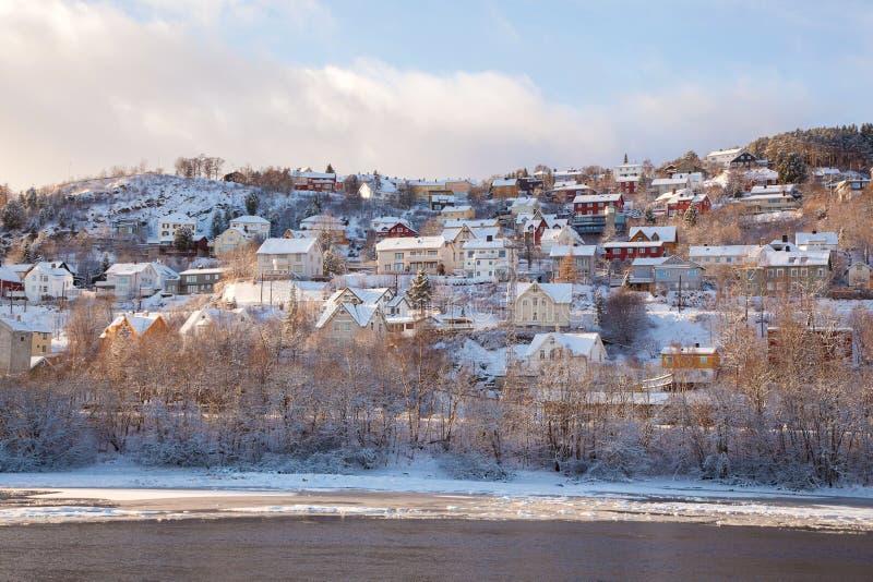 Opinión del invierno de casas en la ciudad Noruega de Strondheim fotos de archivo