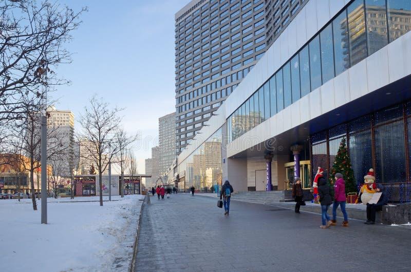Opinión del invierno de la calle nuevo Arbat en Moscú, Rusia imagenes de archivo