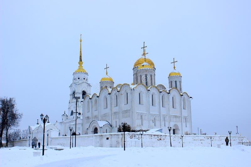 Opinión del invierno de la catedral antigua de Dormition de la catedral de la suposición en la ciudad Vladimir, Rusia fotografía de archivo