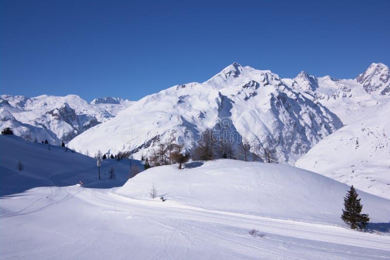 Opinión del invierno de la estación de esquí fotos de archivo libres de regalías