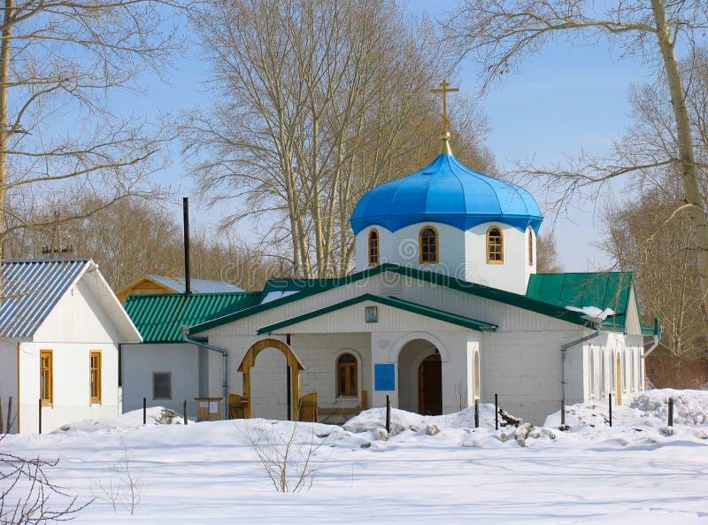 Opinión del invierno de la pequeña iglesia fotos de archivo libres de regalías