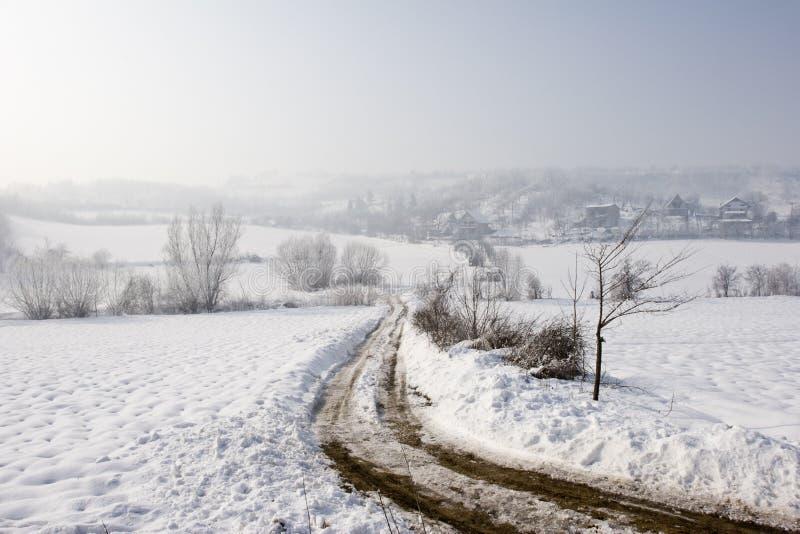 Opinión del invierno de la pista de granja en la nieve imágenes de archivo libres de regalías