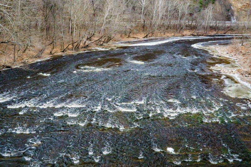Opinión del invierno de los rápidos en James River fotos de archivo