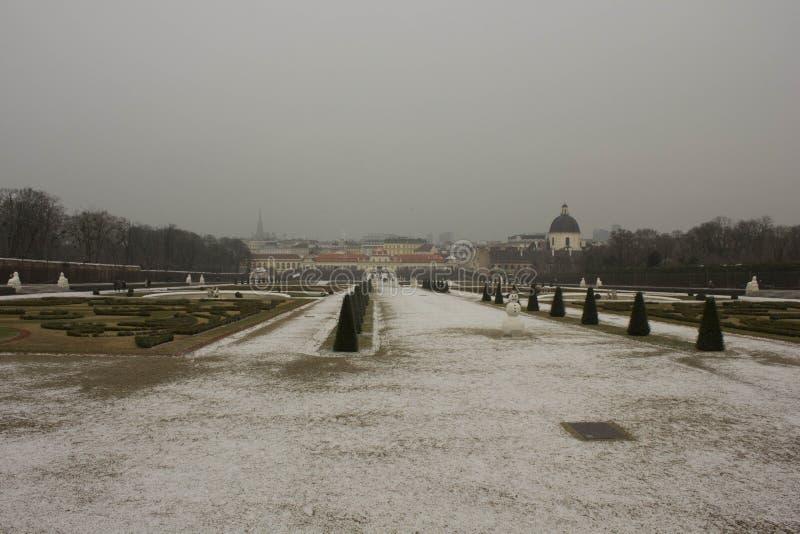 Opinión del invierno del parque del belvedere de Schloss en Viena fotos de archivo libres de regalías