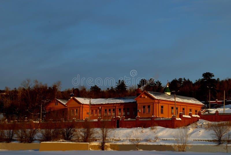 Opinión del invierno del edificio del hospital viejo de Zemsky, construido en 1902 en la ciudad de Stavropol fotografía de archivo