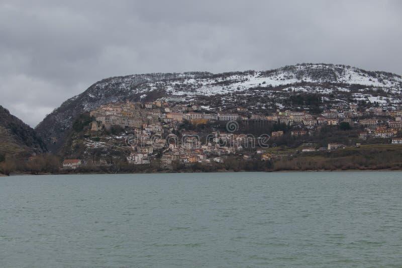 Opinión del invierno del lago Barrea en Abruzos con nieve imagen de archivo