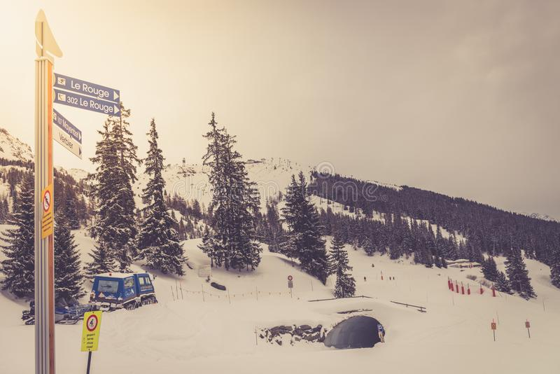 Opinión del invierno sobre el valle en las montañas suizas, Verbier, Suiza fotografía de archivo