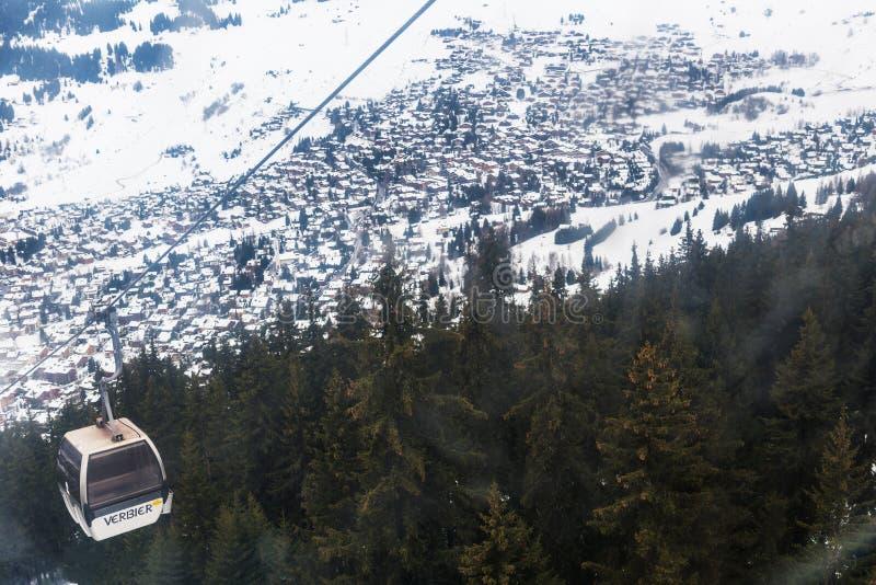 Opinión del invierno sobre el valle en las montañas suizas, Verbier, Suiza foto de archivo