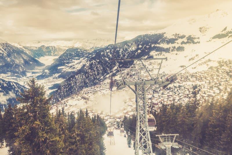 Opinión del invierno sobre el valle en las montañas suizas, Verbier, Suiza imagen de archivo libre de regalías