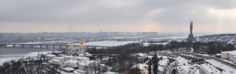 Opinión del invierno sobre Kiev, el río Dnieper y el monumento Kiev, Ucrania de la patria fotos de archivo libres de regalías
