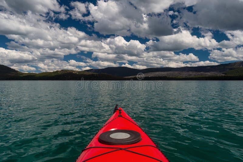 Opinión del kajak Paulina Lake en Oregon imagen de archivo libre de regalías