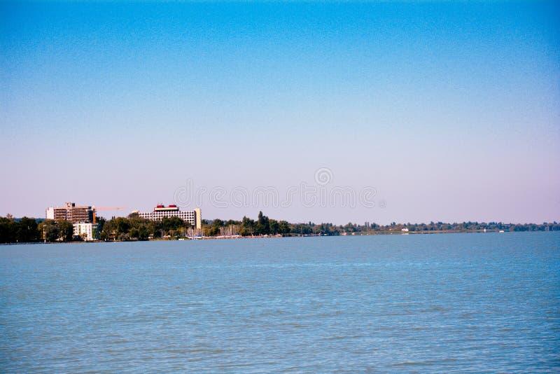 Opinión del lago Balaton en el verano Siofok, Hungría con los edificios en fondo imagen de archivo libre de regalías