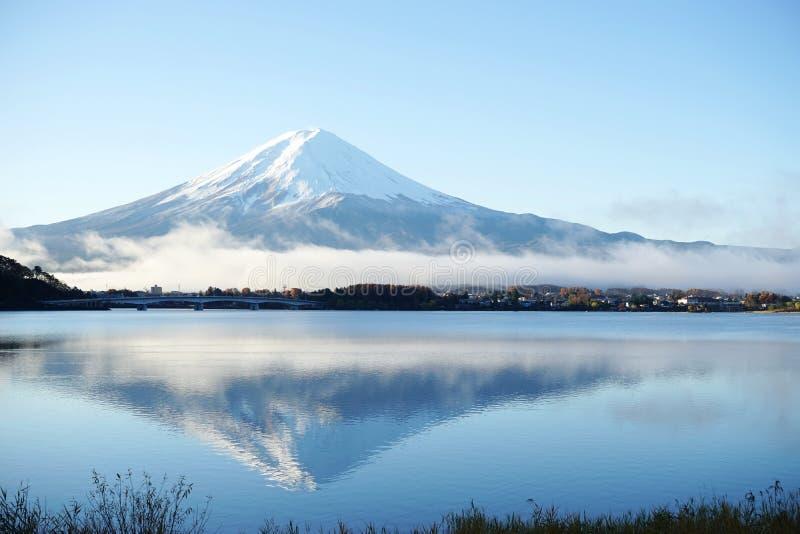 Opinión del lago, el símbolo de Fuji de la montaña de Japón imagen de archivo