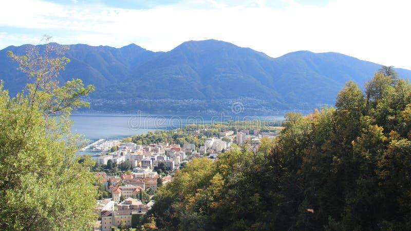 Opinión del lago y de la ciudad locarno imágenes de archivo libres de regalías