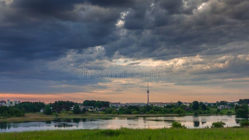 Opinión del lago y nubes tempestuosas densas imagen de archivo