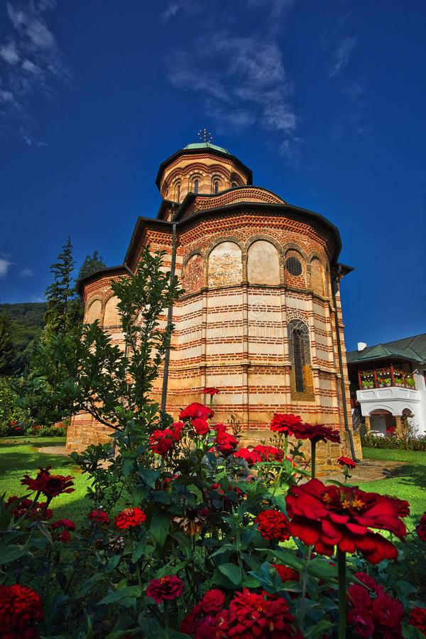 Opinión del lateral del monasterio de Cozia foto de archivo