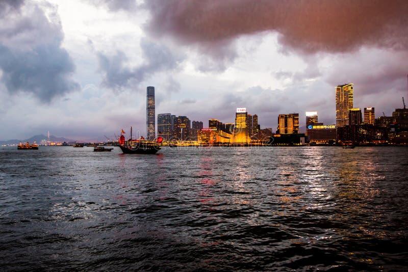 OPINIÓN DEL MAR DE HONG KONG EN NOCHE imágenes de archivo libres de regalías