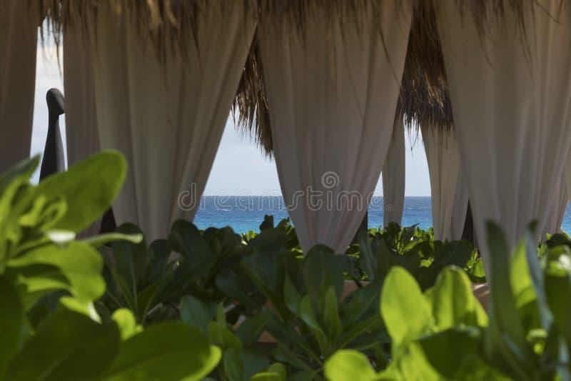 Opinión del mar de la cama de la playa en el Caribe fotografía de archivo libre de regalías