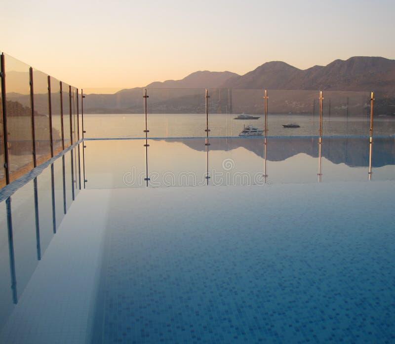 Opinión del mar de la piscina foto de archivo