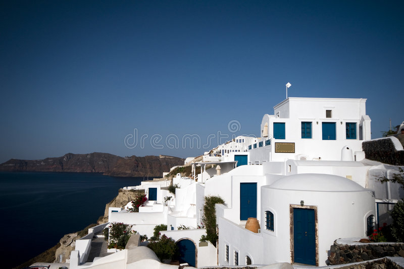 Opinión del mar de Santorini con los hoteles imagenes de archivo