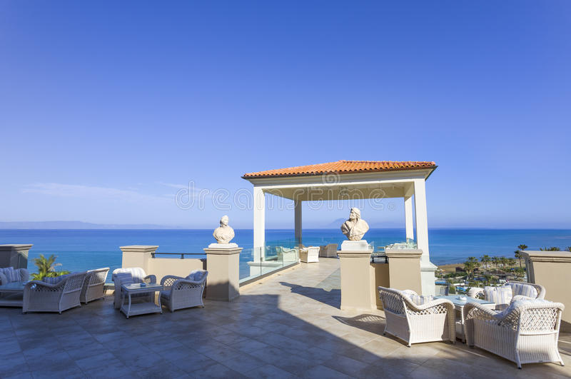 Opinión del mar del balcón del centro turístico mediterráneo fotos de archivo