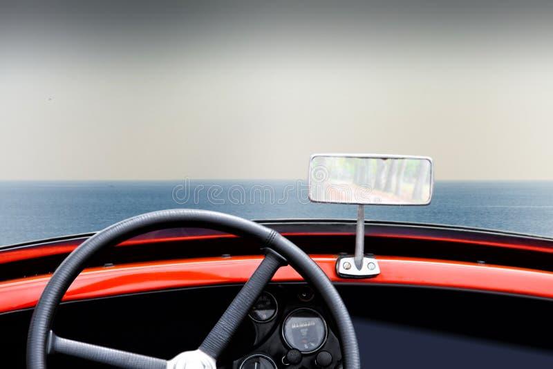 Opinión del mar dentro de un coche convertible viejo imagenes de archivo