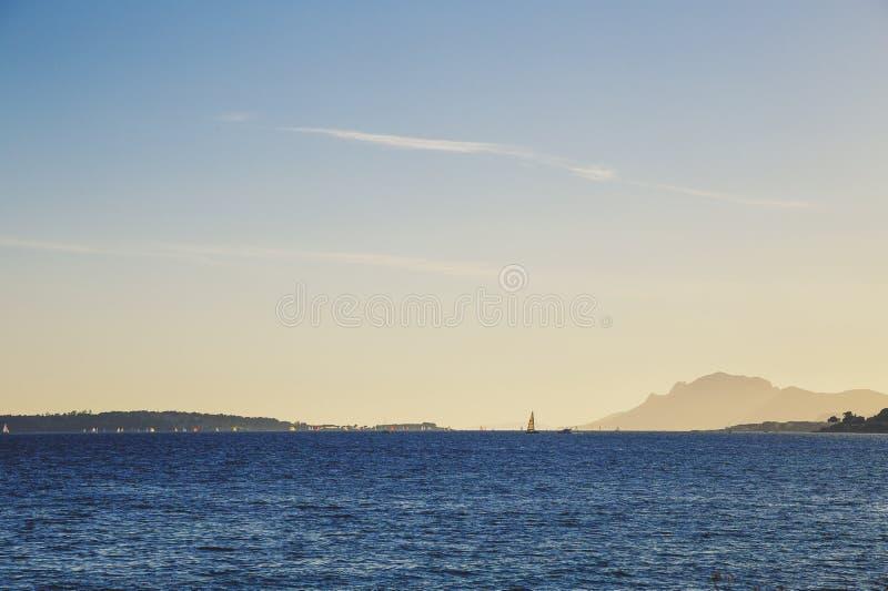 Opinión del mar Mediterráneo de Cannes, con las islas de Lerins foto de archivo libre de regalías