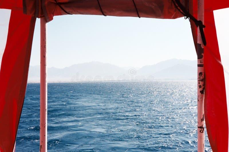 Opinión del Mar Rojo de un barco en Israel imágenes de archivo libres de regalías