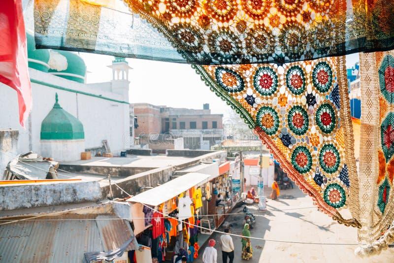 Opinión del mercado callejero de Pushkar sobre la cortina del café fotos de archivo libres de regalías