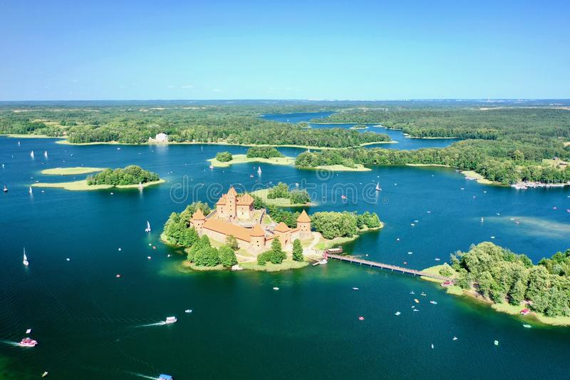 Opinión del ojo de pájaro del castillo de Trakai, Lituania 2019 imágenes de archivo libres de regalías