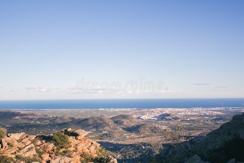 Opinión del ojo del ` s del pájaro de la ciudad con las montañas y el mar imagen de archivo
