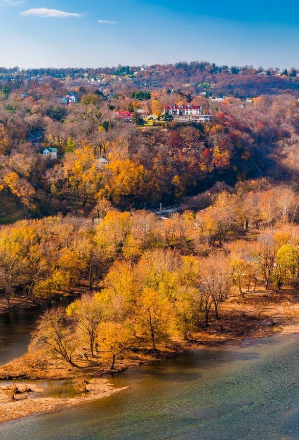 Opinión del otoño de la isla de parque y de la ciudad superior del transbordador de Harper imagenes de archivo