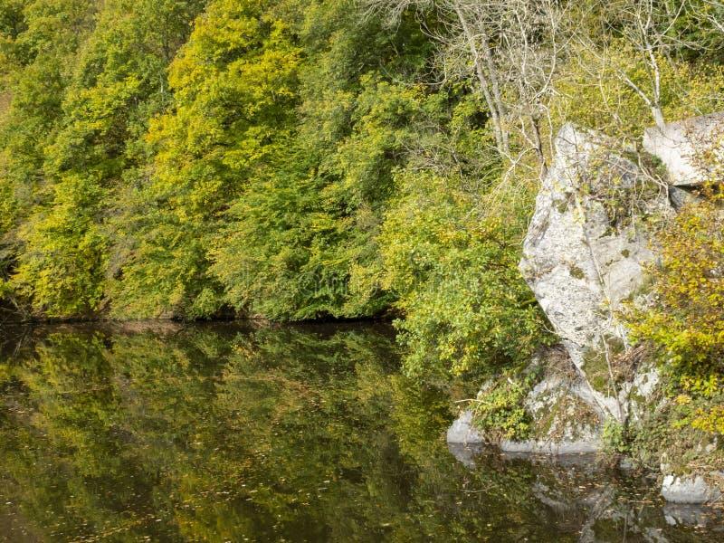 Opinión del otoño de Nisramont del lago, en el Roche-en-Ardenne del La, Bélgica fotografía de archivo libre de regalías
